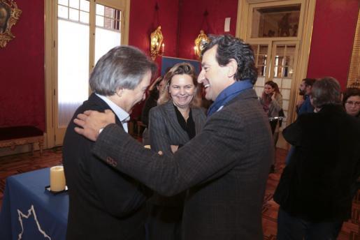 Xavier Pericay, Gabriel Company y María Salom se saludan en el Parlament.