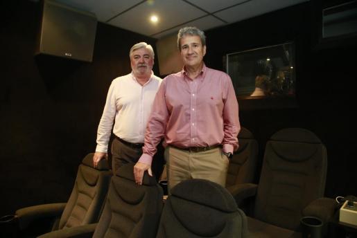 Joan y Rafel Salas en su sala de proyección privada en la Rambla de Palma.