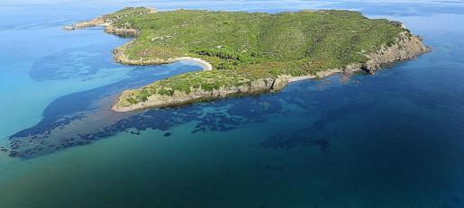 Vista del islote situado a doscientos metros de la costa nordeste de Menorca. El emplazamiento tiene dos hermosas playas y acantilados.