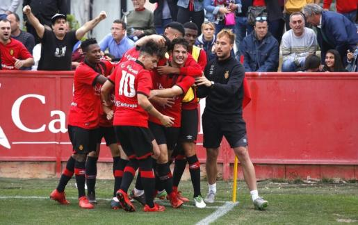 El Mallorca B se ha proclamado campeón de Tercera División después de ganar al Poblense (4-3) en un vibrante encuentro.