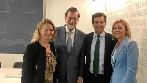 Sobre estas líneas, Gabriel Company y Maria Salom, con Mariano Rajoy y María Dolores de Cospedal, en una reunión del Partido Popular en Madrid antes de que se reavivara la herida abierta entre los regionalistas y los no regionalistas del PP balear por el recurso judicial contra las ayudas al catalán en los comercios.