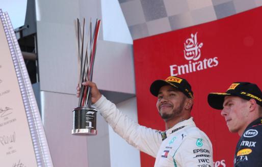 Hamilton se impone en el Gran Premio de España; Sainz y Alonso vuelven a puntuar