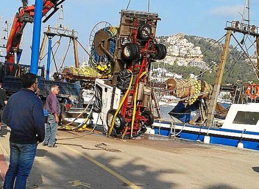 Una grúa consiguió sacar el camión del mar.