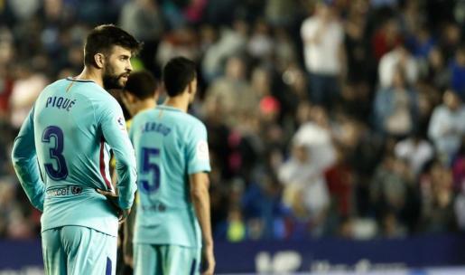 El defensa del FC Barcelona Gerard Piqué tras el quinto gol del Levante UD.