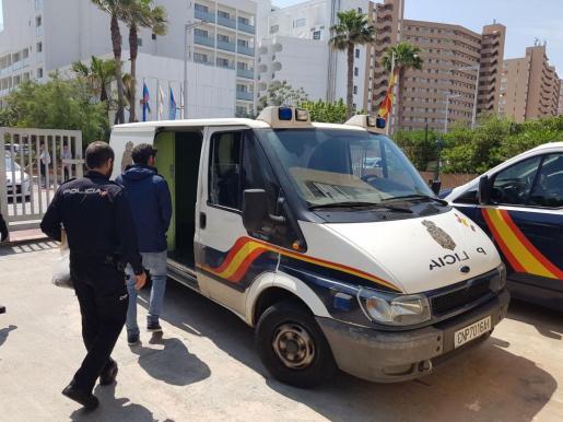Agentes de la Policía Nacional adscritos a la Comisaría de Distrito de Playa de Palma han sido los encargados de llevar a cabo las investigaciones que culminaron con la detención del presunto autor de los hechos.