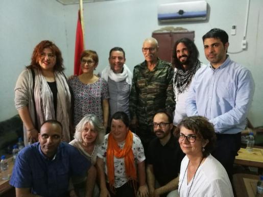 Imagen de la representación del Consell durante una visita a los campamentos de refugiados de Tinduf (Argelia) para mostrar el apoyo de la institución a la causa saharaui en el 45 aniversario del Frente Polisario.