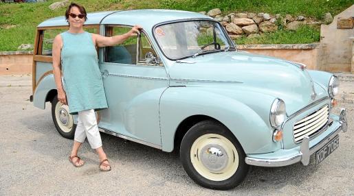 Trudi Murray es la propietaria de este bonito Morris Minor 1000 Traveller que compró para su empresa de cosmética
