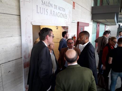 Maheta Molango conversa con directivos del Mirandés tras que el sorteo de ascenso a Segunda División haya emparejado al conjunto burgalés con el Real Mallorca.