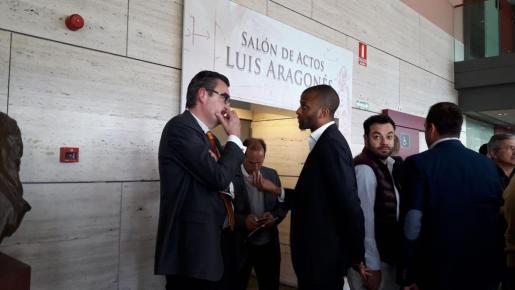 Maheta Molango charla con Alfredo de Miguel, presidente del Mirandés, tras el sorteo.