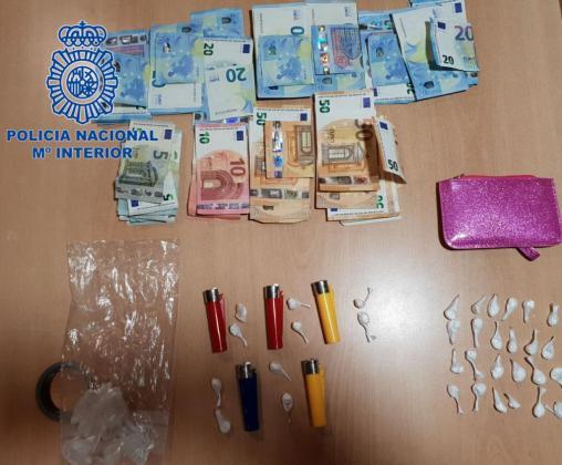 La Policía Nacional levantó actas por sustancias estupefacientes y se localizaron más de 1.800 euros en efectivo.