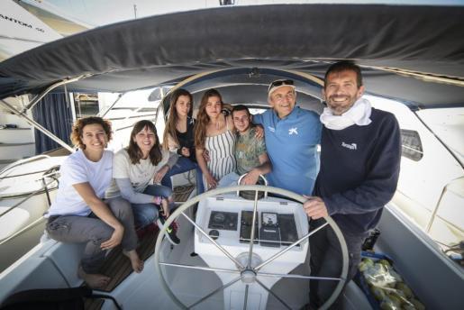 Carolina Blanco, Noelia Verdejo, Jaume Julià, Maria Félix, Txema Brotons, Marga Cerdà y Guillem Orfí, en el Club Náutico sa Ràpita antes de zarpar.