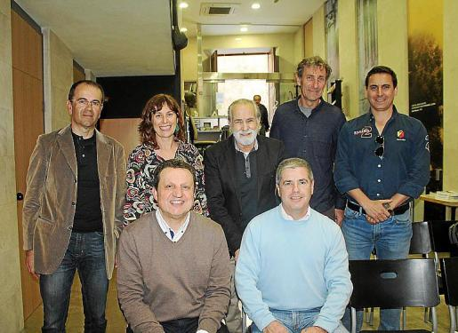 Andreu Canals, Marta Fuxà, Tomás Monserrat, Xisco Bennàssar y José de la Peña. Delante: Pere Fullana y Bartolomé Cañellas.