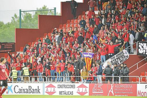 La afición del Mallorca en las gradas de Anduva en el partido que supuso el descenso.
