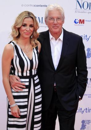 El actor estadounidense Richard Gere (d) y su novia Alejandra Silva (i) ya se han casado.