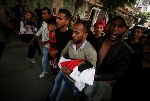 Familiares lloran la muerte de la pequeña Layila al-Ghandour, de ocho meses, fallecida por inhalación de gas lacrimógeno en las protestas contra el traslado de la Embajada de EEUU a Jerusalén.