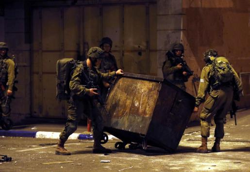 Tropas israelíes toman posición durante los enfrentamientos del 14 de mayo cerca de la frontera con Israel, en Hebrón, Cisjordania.