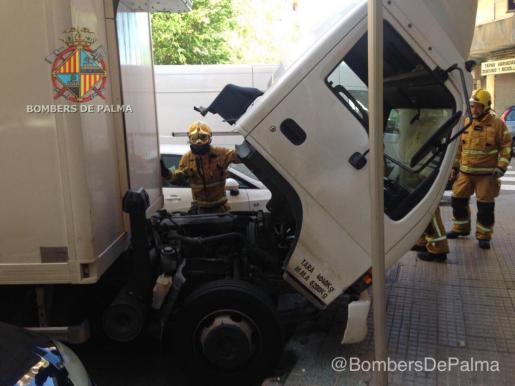 Bomberos de Palma comprueban que el origen del fuego no proceda del motor.