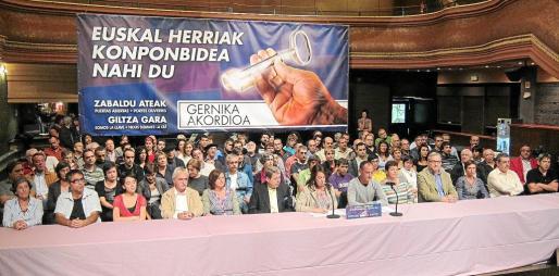 Firmantes de Acuerdo de Gernika ayer, durante la rueda de prensa celebrada ayer en Bilbao.
