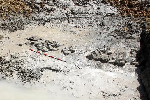 El sondeo número 33, realizado en el tramo situado entre la gasolinera y la calle Mari i Estany, reveló la existencia de un muro. La principal hipótesis es que se correspondería con los restos estructurales del puerto romano de Pol·lèntia, que estaría situado en una albufera interior.