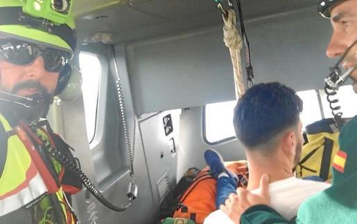 Momento en que el detenido (de espaldas) es introducido en el helicóptero de la Guardia Civil.