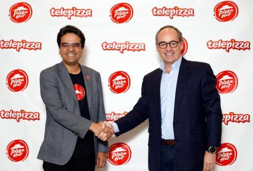 En la imagen, Milind Pant (i), presidente de Pizza Hut International y Pablo Juantegui, presidente ejecutivo y CEO de Grupo Telepizza.