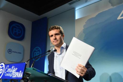 El vicesecretario de comunicación, durante la rueda de prensa que ofreció para presentar toda la documentación sobre su máster de la Universidad Rey Juan Carlos.