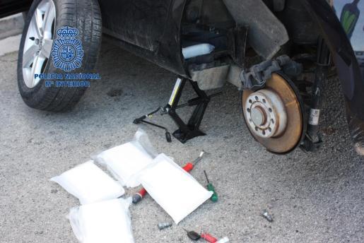 Los narcos escondían la droga en sofisticados compartimentos ocultos en los coches.