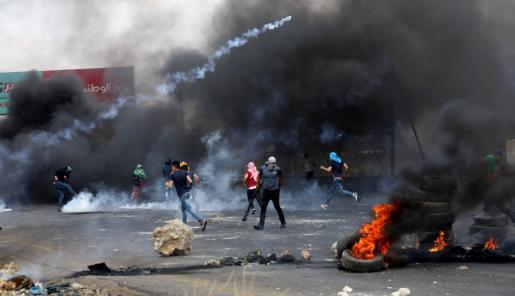 Manifestantes palestinos se enfrentan a soldados israelíes durante una protesta en el puesto de control de Huwwara, cerca de la ciudad cisjordana de Nablús.