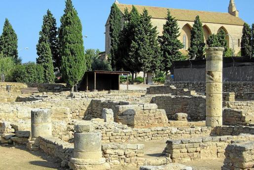 La zona arqueológica de la ciudad romana de Pol·lèntia abarca actualmente la parte visitable del yacimiento: Sa Portella, el foro y el teatro. También están protegidos los terrenos situados entre la carretera del cementerio y el camino que lleva al teatro.