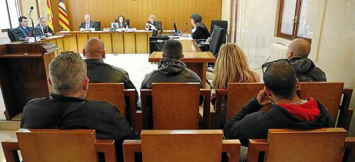 Los seis acusados, en el juicio en la Audiencia Provincial.