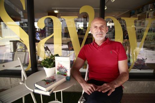 El escritor Alejandro Palomas posa en La librera del Savoy de Palma.