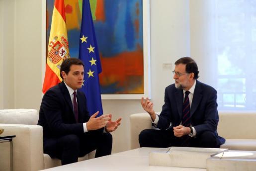 El presidente del Gobierno, Mariano Rajoy, durante la reunión que mantuvo con el líder de Ciudadanos, Albert Rivera (izda).