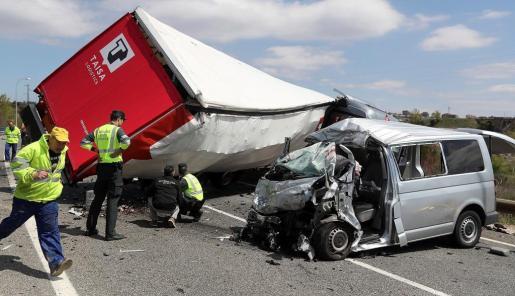 Tres personas han fallecido y dos han resultado heridas al colisionar un camión y una furgoneta en la ronda SO-20, en la circunvalación de la capital soriana.