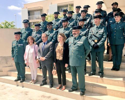 Imagen del ministro, la delegada del Gobierno, y la madre de uno de los guardias civiles asesinados por ETA en su último atentado con víctimas.
