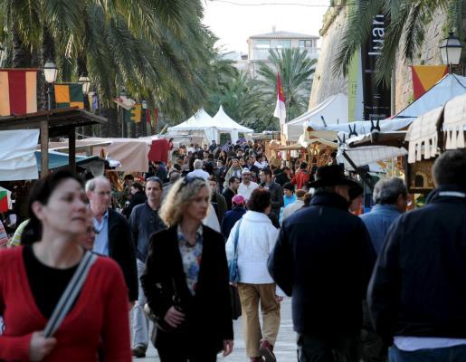 Numeroso público se acercó ayer hasta el mercado tradicional para visitar los diferentes puestos, donde conviven la artesanía con una gastronomía multicultural.