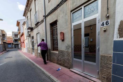 Vivienda número 46 de la Calle San Antonio de Alcantarilla, Murcia, donde el pasado lunes fue detenido por la Policía Local un hombre de 56 años acusado de un delito de detención ilegal al no permitir durante meses que salieran de casa su mujer, mayor que él, y su hija, de unos 30 años.