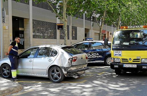 El coche accidentado, en el aparcamiento de la Policía Nacional, en s'Escorxador.