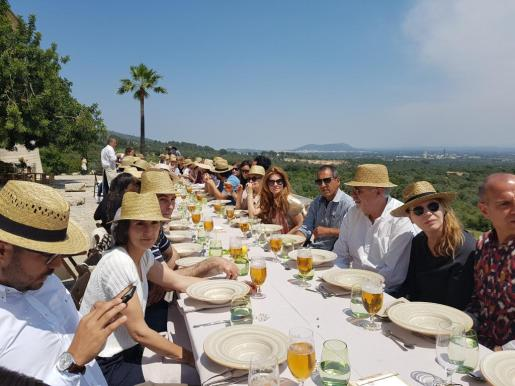 El relanzamiento de Rosa Blanca es un proyecto puesto en marcha por el grupo Damm y que fue presentado en el transcurso de una cata con comida celebrada en Bellveure (Binissalem), a la que asistieron gente del mundo cultural y artístico, así como gastrónomos.