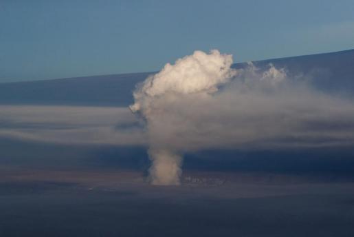 Vista aérea que muestra una columna de humo sobre el volcán Kilauea en Hawái.