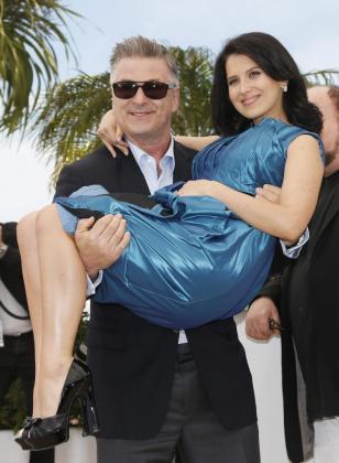 """El actor estadounidense Alec Baldwin (i) posa con su mujer Hilaria Thomas durante la presentación de la película """"Seducido y abandonado"""" en la 66 edición del Festival de Cannes, en Francia."""