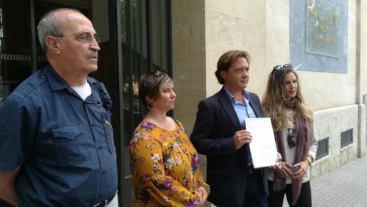 Jorge Campos, acompañado de Toni salvà, y otros miembros de Actúa Baleares.