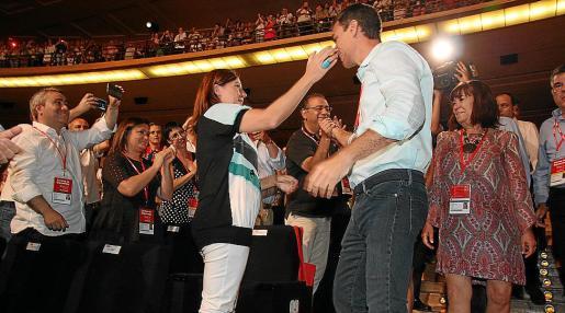 Armengol saluda a Sánchez en el 39 congreso del PSOE de junio de 2017.