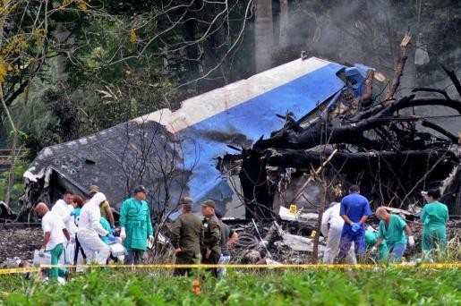 Policías y militares trabajan entre los restos del avión Boeing-737 estrellado poco después de despegar del aeropuerto José Martí de La Habana (Cuba).