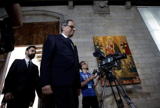 Quim Torra (d) acompañado por el presidente del Parlament, Roger Torrent (i), antes de tomar posesión de su cargo como presidente de la Generalitat.
