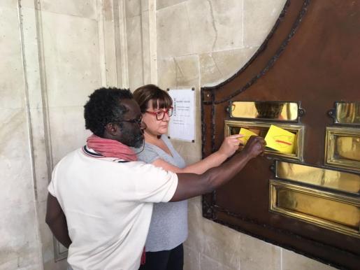 Los coportavoces de Més per Mallorca, Bel Busquets y Guillem Balboa, han enviado varias postales dirigidas a cada uno de los políticos independentistas que se encuentran en la cárcel.