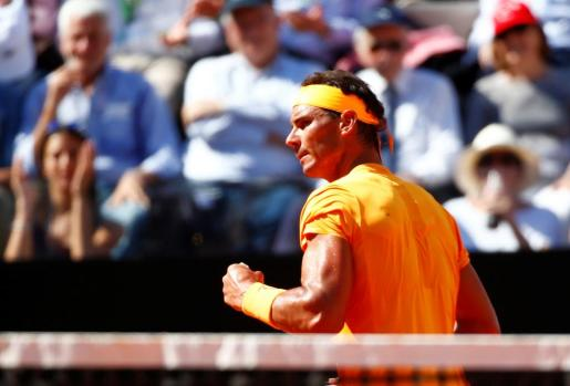 El español Rafael Nadal celebra un punto ante el serbio Novak Djokovic.