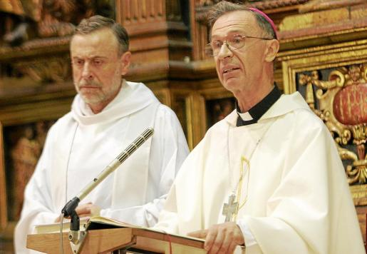 Luis F. Ladaria Ferrer mantiene una estrecha relación con su isla natal, y concretamente con Manacor, donde reside su familia. En la fotografía, acompañado por Lluc Riera en la primera misa que ofició en Mallorca tras haber sido ordenado arzobispo en Roma (agosto 2008).