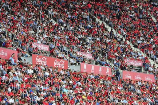 La afición del Mallorca respondió en el partido de ida y espera celebrar el ascenso en Anduva.