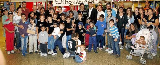 David Salom posa junto a Javier Morente, Chicho Lorenzo y el resto de aficionados que acudieron a recibir al subcampeón del mundo. Fotos: JAUME MOREY