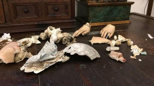 Detalle de los pedazos del rostro y las manos de la Virgen destrozada por la caída.
